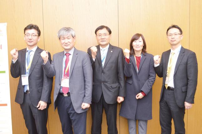 왼쪽부터 김진우 총무이사, 조병훈 회장, 오원만 신임회장, 김영경 공보이사, 박정원 학술이사.