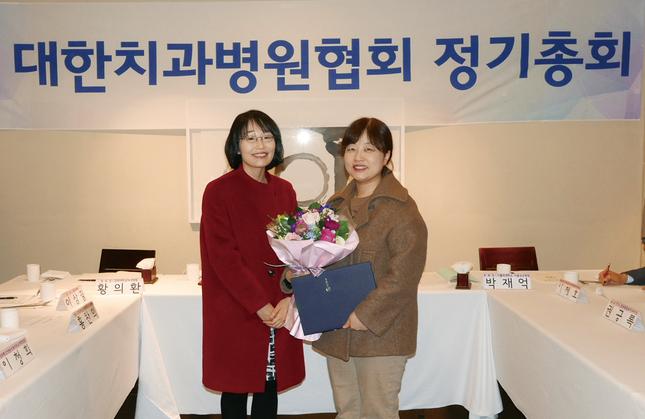 전영미 전북치대 교수(사진 오른쪽)가 복지부장관 표창을 수상했다. 사진 왼쪽은 장재원 구강정책과장.