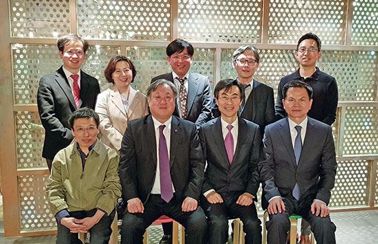 한국임상치의학대학원교육협의회와 공직지부가 지난 4월 19일 간담회를 개최한 후 기념촬영을 했다.