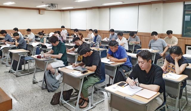 2019년도 통합치의학과 전문의자격시험 2차 시험이 지난 4일 한양대학교에서 열렸다. 응시생들이 시험에 앞서 마지막 점검을 하고 있다.