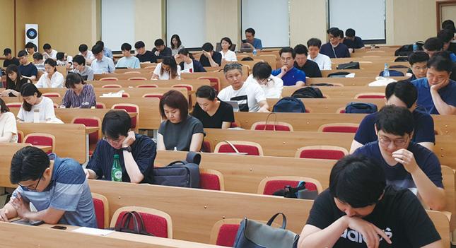 지난 8월 4일 통합치의학과 전문의시험 2차 시험장에서 응시생들이 마지막 시험 준비를 하고 있다.