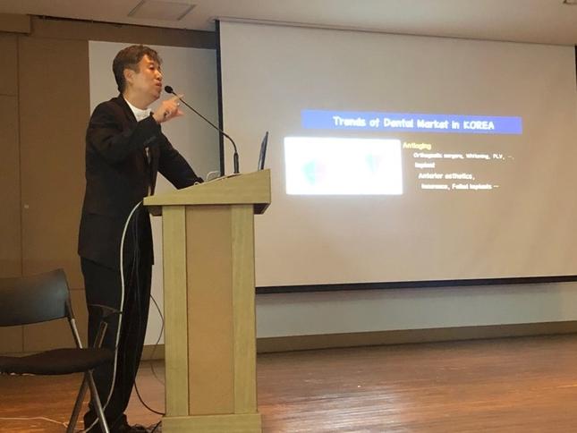 카오미 대전충청지부 학술집담회가 지난 8월 23일 가톨릭대학교 대전성모병원에서 열렸다. 연자로 나선 유정택 원장이 강의하고 있다.