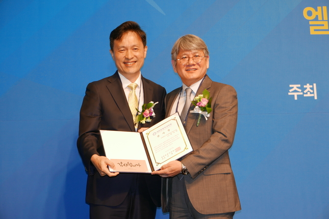 윤현중 회장이 김기덕 명예회장에게 감사장을 전달하고 있다. <전수환 기자>