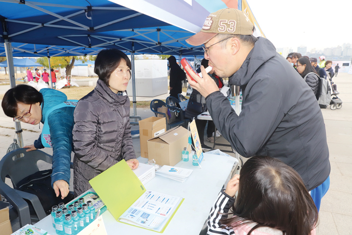 치협 금연부스에서 한 참가자가 일산화탄소 측정 테스트를 하고 있다.<천민제 기자>