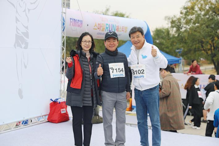 (사진 왼쪽부터) 박인임 조직위원장, 김철수 협회장, 길용우 치협 홍보대사가 파이팅을 외치고 있다.<천민제 기자>