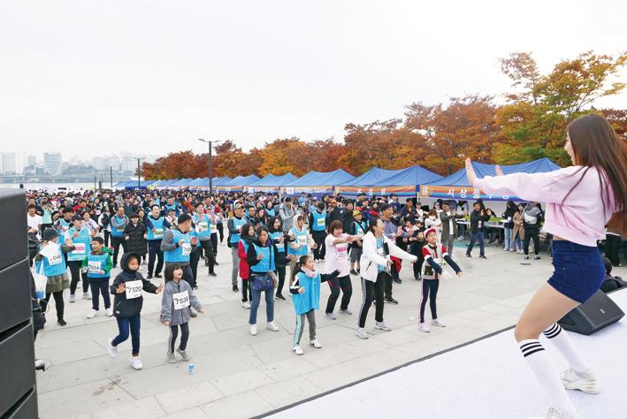 대회 참가자들이 LG트윈스 치어리더팀의 율동에 맞춰 몸 풀기 체조를 하고 있다.<천민제 기자>