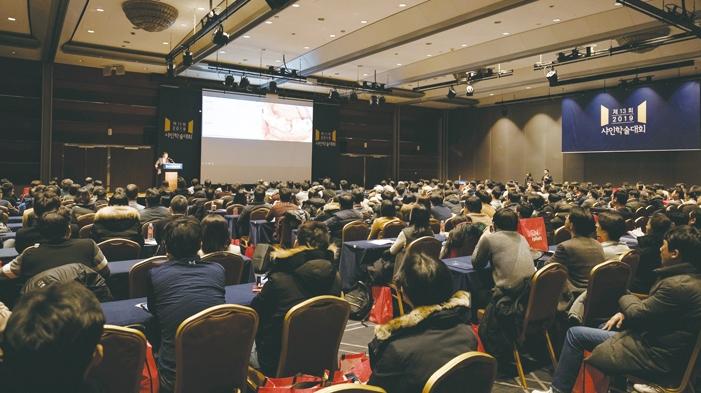 임상가를 위한 최고의 학술 대축제 '제14회 2020 샤인학술대회'가 내년 2월 2일 서울 COEX 그랜드볼룸에서 열린다. 사진은 지난 13회 2019 샤인학술대회 전경.