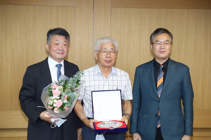 지난 6월 29일 열린 치평원 이사회에서 김관식 치평원 초대원장(가운데)에게 감사장을 수여했다.<유시온 기자>