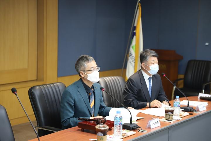 회의에 집중하고 있는 이상훈 치평원 이사장(왼쪽)과 이재일 치평원장.<유시온 기자>