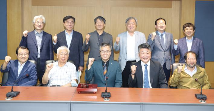 회의 참석자들이 단체사진을 촬영하고 있다.<유시온 기자>